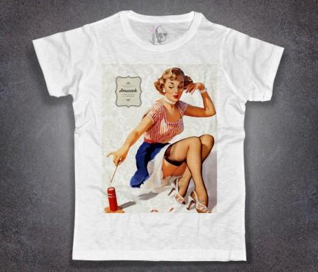 pin-up t-shirt uomo raffigurante una ragazza che accende un fuoco d'artificio