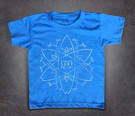 Crossed Surfboards t-shirt bambino raffigurante l'incrocio di tre tavole da surf e scritta uvamara surf