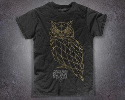 "Gufo t-shirt uomo nera ispirata alla frase ""The owls are not what they seems"" di Twin Peaks"