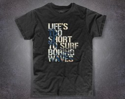 "Hokusai wave t-shirt uomo nera con la scritta "" Life's too short to surf boring waves"""
